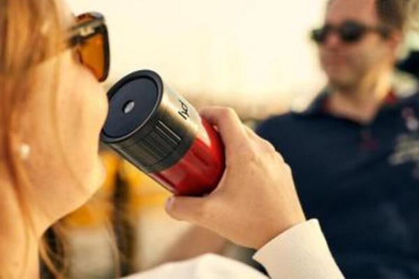 这个智能水杯,嘴唇碰到瓶盖才出水,怎么做到的?