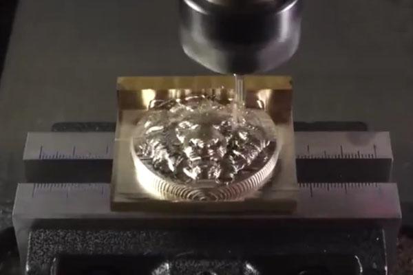 太完美了! 惊人的数控机床把铜块雕刻成狮子头